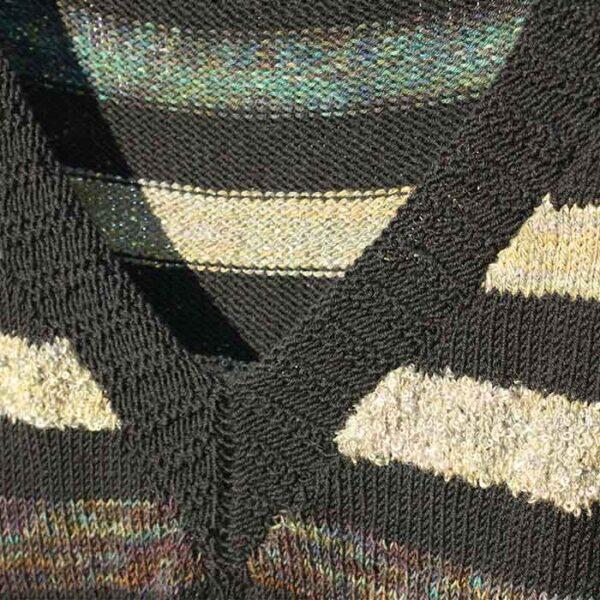 Detalje af slipover kjole i flere farver