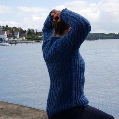 Hulmønster sweater bagfra i blå