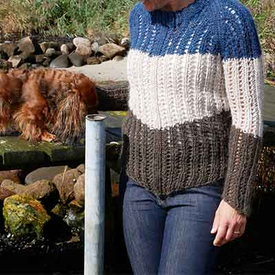 Hulmønster sweater i striber