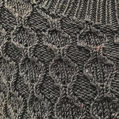 Detalje af poncho med slidser
