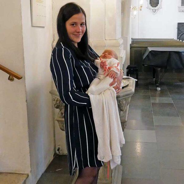 Strikket dåbskjole billede af mor og datter fra kirken