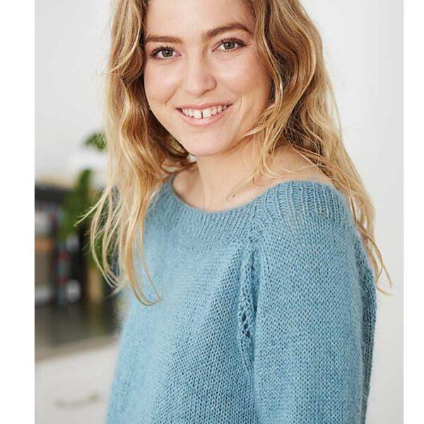 Sweater med bådudskæring set fra siden