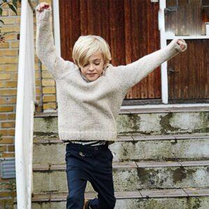 Drenge raglan sweater drengen er på vej ned af en trappe