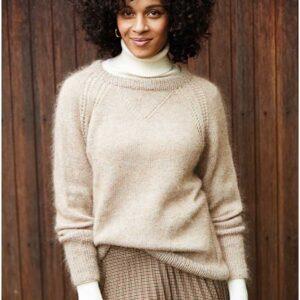 Sweater med raglan og hulmønster set forfra