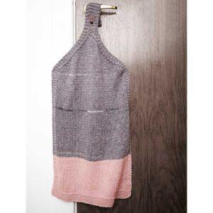 strikket håndklæde hængende på dørhåndtag